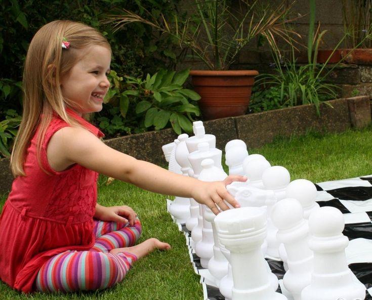 jeux d'enfants dans le jardin et activités plein air: échecs à pièces géantes