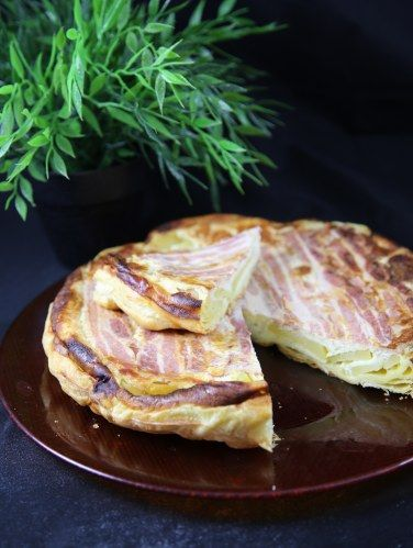 pomme de terre, lard, oeuf, crème fraîche, fromage de chèvre, gruyère râpé, pâte feuilletée, Sel, poivre