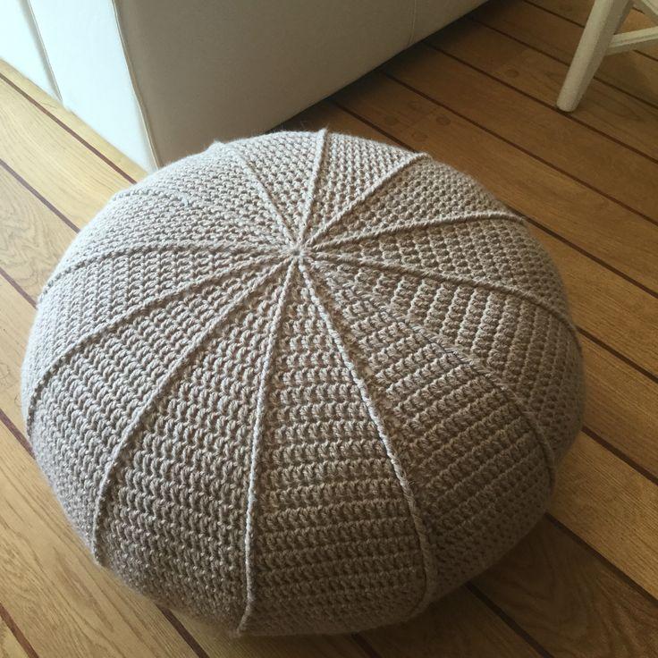 Poef met ribbel volgens de tutorial van Janneke Assink, te vinden op haar site: jipbyjan.nl en de tutorial op YouTube: Jip by Jan. Ik heb 8 bollen Paris Nepal gebruikt.