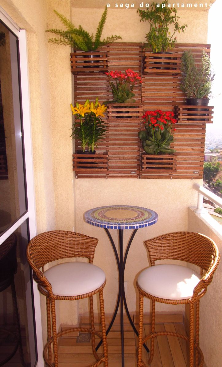 varanda pequena decorada or small decorated terrace. Shows how important  balconies are in spanish countries