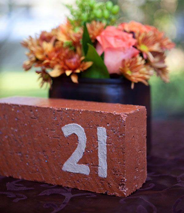 numero-de-table-inscrit-sur-une-brique