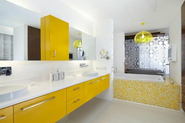 idées déco salle de bain - tablier de baignoire en mosaique de pâte de verre bicolore et carrelage sol gris perle