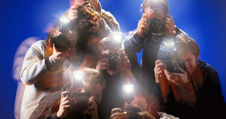 Cómo construir un flash casero para una cámara. Un flash electrónico es una necesidad cuando estás tratando de hacer fotografías en lugares poco iluminados u oscuros. Puedes hacer un flash electrónico con piezas sacadas de una cámara desechable y combinándolas con piezas que puedes conseguir en una tienda de aficionados y ferretería. También necesitarás las herramientas de hardware comunes que ...