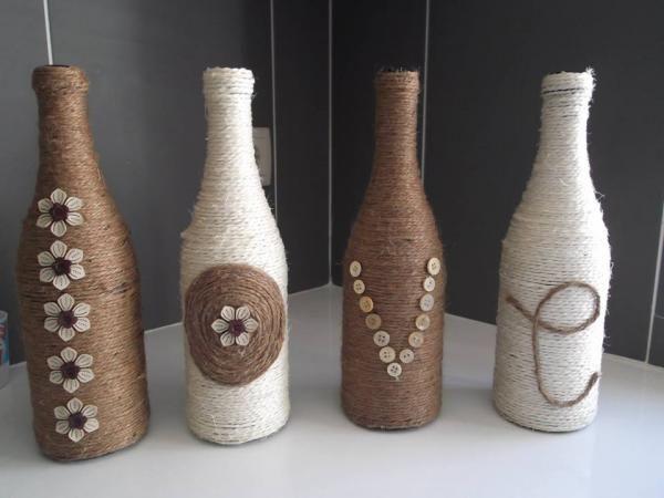 Como decorar garrafas de vidro. Clique na imagem para ver mais ideias para decorar as suas garrafas :)