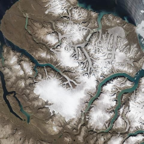 """》Gletscher im Sirmilik-Nationalpark, weit im Norden Kanadas. Das Klima ist sehr harsch dort, kurze Sommer und lange Winter. Im Januar liegt die Durchschnittstemperatur (!) bei –30 Grad. Sirmilik heißt in der Sprache der traditionellen Bewohner """"Ort der Gletscher"""". Dieses Bild zeigt, wie passend der Name ist.《"""