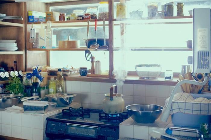 DIYで工夫された、いい雰囲気のキッチン。 トントントントン...お料理する心地良い音が聞こえてきそう。