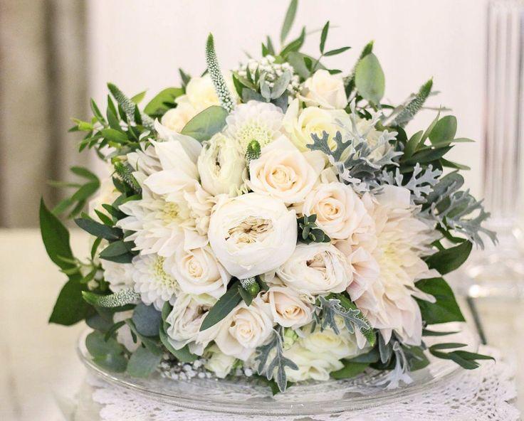 Krémová svadobná kytička s voľným úväzkom. Opäť voňavé anglické ruže a nádherné Dáhlie Cafe au lajt s éterickým eukalyptom. #kvetysilvia #kvetinarstvo #kvety #svadba #love #instagood #cute #follow #photooftheday #beautiful #tagsforlikes #happy #like4like #nature #style #nofilter #pretty #flowers #design #awesome #wedding #home #handmade #flower #summer #bride #weddingday #floral #naturelovers #picoftheday