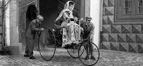 106 km - Bertha Benz auf Fernfahrt Im August 1888 bewährt sich der Benz Patent-Motorwagen auf der 106 Kilometer langen Strecke von Mannheim nach Pforzheim