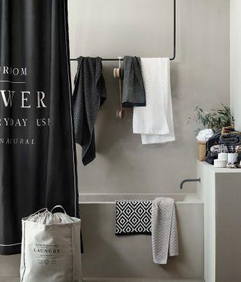 Den nemmeste måde at give dit badeværelse et nyt look  på er med et nyt badeforhæng, bløde håndklæder og stilfulde accessories.