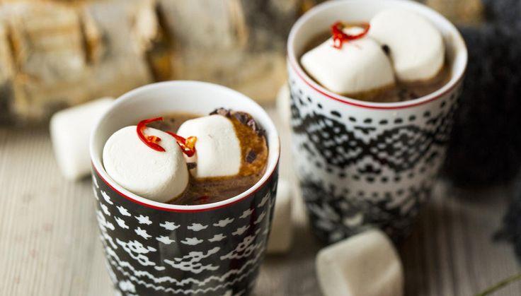 Boozy varme sjokoladen er kun for voksne, -med eller uten marshmallows.   Tips: Styrken på chilien kan variere. Tilsetter du chilien i store biter kan de enkelt fjernes når du synes den varme sjokoladen har fått nok hete fra chilien. Chili kan byttes ut med krydder som kardemomme, kanel, nellik og allehånde.
