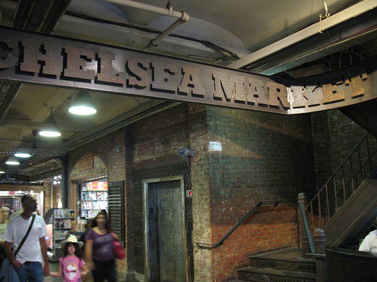 Als je het inmense gebouw van Chelsea Market binnenkomt waan je je gelijk in een oude fabriek. De muren, vloeren en metalen constructie zijn zoveel mogelijk behouden.