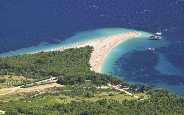 Smuk udsigt over Zlatni Rat-stranden i Bol, Brac, Kroatien. Du kan læse mere om Kroatien her: www.apollorejser.dk/rejser/europa/kroatien/brac