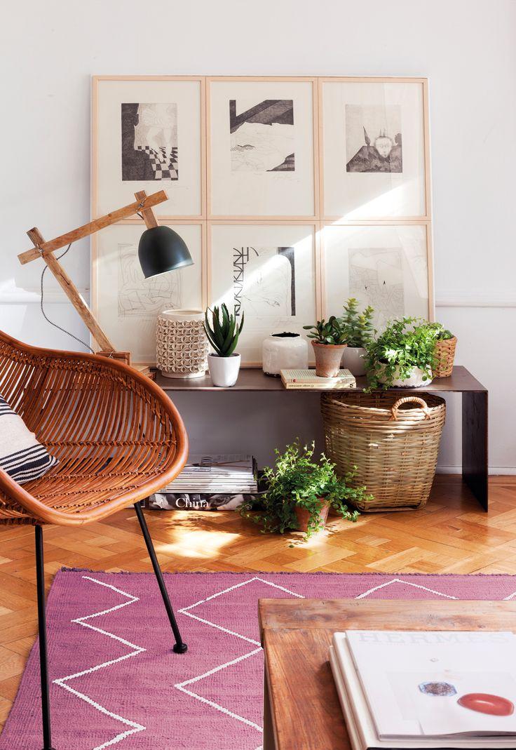 silla de mimbre banco macetas de fibras cuadros lmpara y alfombra morada