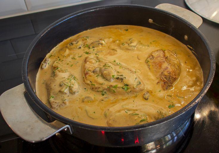 Kycklingfilé som får puttra i en gräddig sås med champinjoner. Med få ingredienser lyckas du få till en ljuvlig allt-i-ett rätt, såsen och kycklingen tillagas tillsammans. Du får saftiga filéer som smakar underbart.
