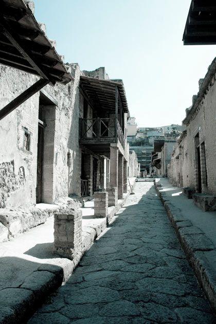 Herculanum.  Après la catastrophe Jusqu'au 26 août, l'obscurité reste complète sur Pompéi, Herculanum et les bourgades proches. Dans les semaines qui suivent, les rescapés reviennent creuser la couche de dépôts volcaniques et tentent de récupérer leurs biens.