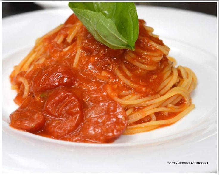 Gli spaghetti con pomodori e basilico sono uno dei piatti italiani più conosciuti e amati in tutto il mondo.  #Sardegna #Italia #Italy #spaghetti #ricetta #ricette #pomodoro #food #foodgasm #foodblog #foodblogger