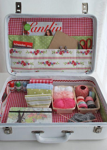 blog mamas kram, gemaakt van een oude koffer, buitenkant schilder je in je favoriete kleur, binnenkant bekleden met stof.