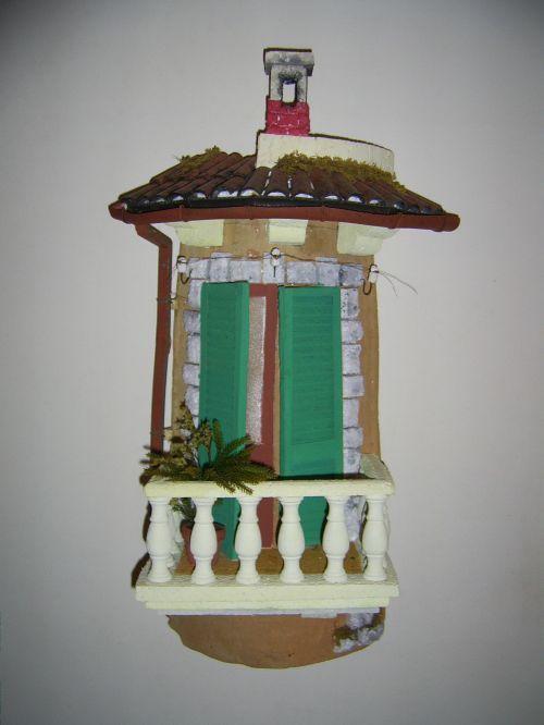 balcone con persiane verdi