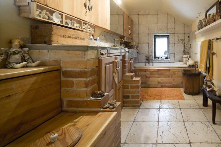 """Koupelna vznikla z původní sauny a malé koupelny. Klozet záměrně připomíná """"kadibudku""""."""
