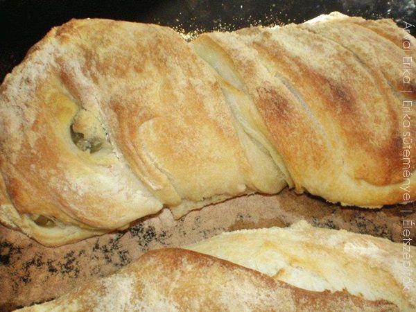 A ciabatta jellegzetes olasz kenyérféleség. A ciabatta papucsot jelent, ami a kenyér lapos, hosszúkás formájára utal. Főleg szendvicsekhez használják fel, a kérge ropogós, a belseje puha, lyukacsos. Sokféleképpen ízesíthető: magvakkal, fűszernövényekkel, szárított paradicsommal, pirított hagymával. Érdemes megsütni, sokkal olcsóbb így, mintha vásárolnánk, s az élmény is nagyobb! Árvai Erika receptje. Hozzávalók 4 és 1/2 bögre/cups finomliszt, kb. 60 dkg 2 teáskanál só 2 teáskanál sz...