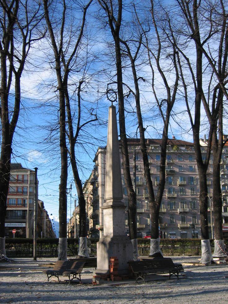 Uno dei due obelischi (l'altro è a Rivoli) che ricordano le misurazioni effettuate da Giovanni Battista Beccaria nel 1760 per stabilire la lunghezza di una porzione di meridiano terrestre che passa dal Piemonte. - Piazza Statuto