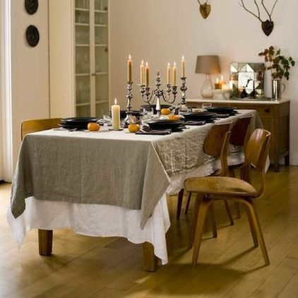 I love linen and I hadn't thought to use it as a tablecloth. Fabulous!