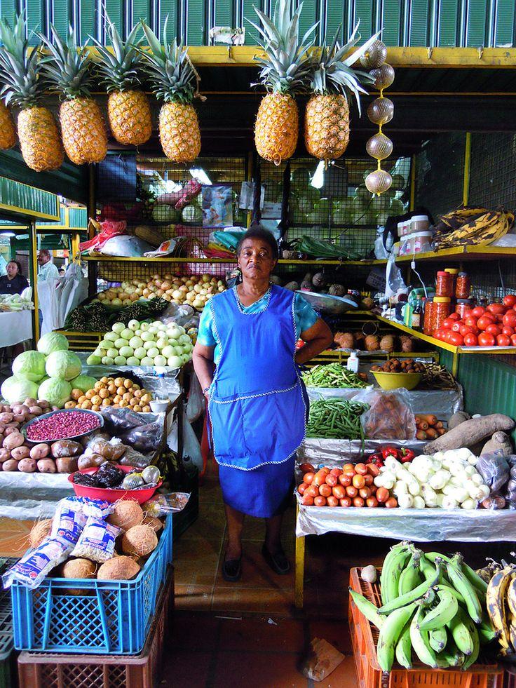 señora+entre+frutas-Medellin,Colombia