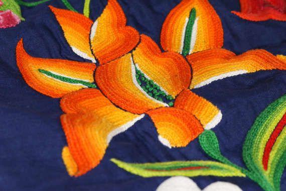 ♥ Sobre este vestido Vestido de tehuana, mexicano; flores tejidas a mano sobre tela lino azul marino, elegante vestido behemio, estilo de la artista FRIDA KAHLO Traje regional oaxaqueño: huipil y enagua (falda) con olán blanco plisado Diseño: flores de colores tejidas a mano, enfrente y