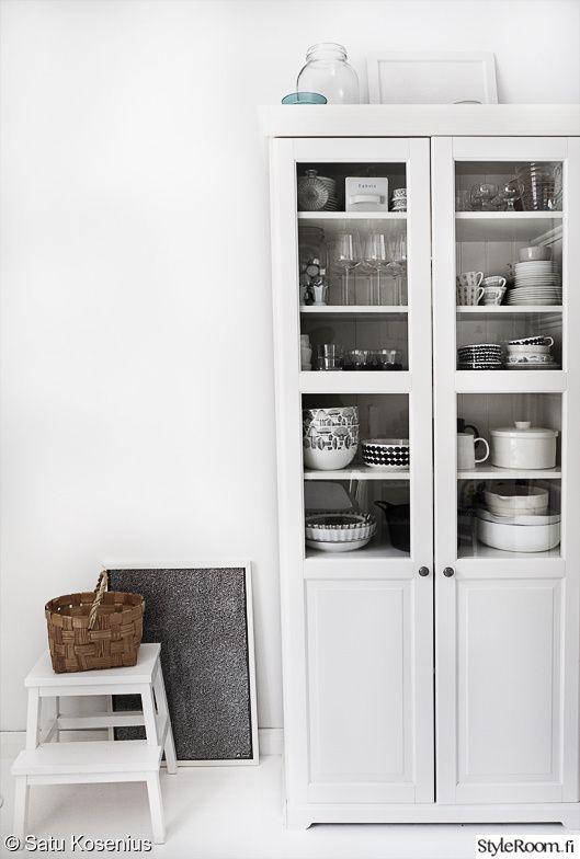 keittiö,astiakaappi,vitriinikaappi,mustavalkoinen,keittiön sisustus