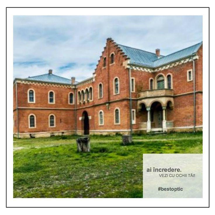 """Începem turul castelelor din România cu Castelul Roșu din satul Lilieci, Bacău, locul în care au avut loc filmările pentru pelicula """"Dumbrava Minunată"""" sau Castelul de la Ciucea situat pe Valea Crişului, denumit şi """"'Castelul lui Octavian Goga"""", pe care poetul l-a cumpărat în 1919.  #devazut #casteleromania #bestoptic #travel"""