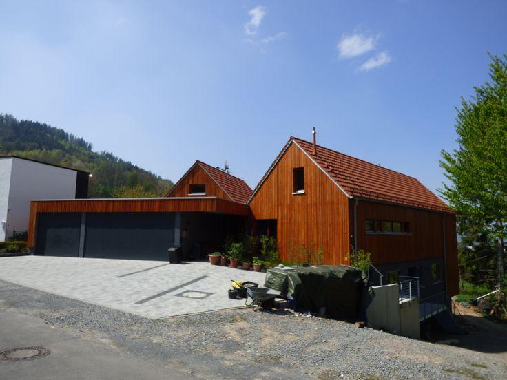 Ein modernes ökologisches Wohngefühl bietet sich bei diesem Objekt. In den Hang gebaut mit fielen natürlichen Baustoffen.