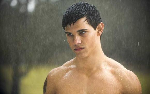 """Após virar lobo, Taylor Lautner passa a aparecer direto sem camisa na saga, para noooooossa alegria! Ao todo Jacob apareceu 13 vezes sem camisa nos quatro primeiros filmes da saga """"Crepúsculo"""""""