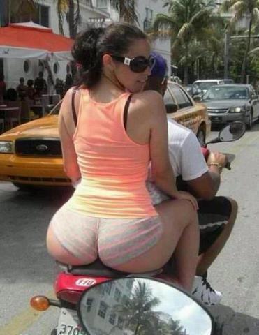 Big ass taking a shit