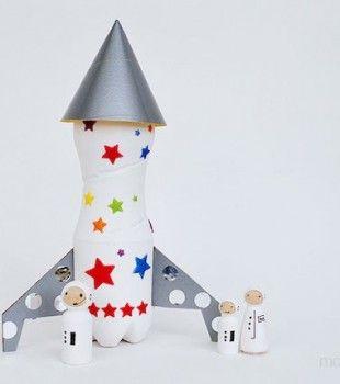 Naves espaciales hechas con tubos de toalla nova para hacer sorpresas con dulces dentro.