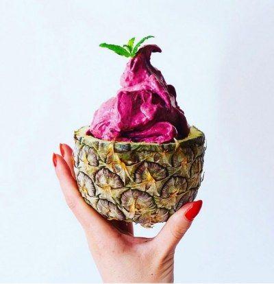 Beeren-Nicecream Ihr braucht (für 4 Portionen):  3 reife, gefrorene Bananen, in Scheiben geschnitten 150 g Beeren-Mix, gefroren 80 ml Kokosmilch, gekühlt 80 ml Mandelmilch, gekühlt