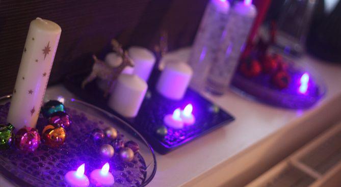 Vandperler og vandtætte LED-lys.  Her har vi et billede af lidt forskellige dekorationer som står i en vindueskarm. Det kan give en ide om, hvordan det vil se ud når man bruger disse lilla vandtætte LED-lys sammen med vandperler. Utrolig meget hygge med varme farver.