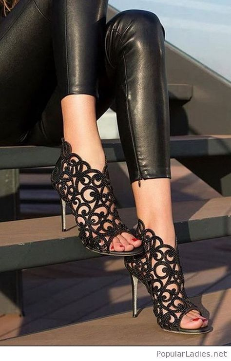 Leggings de cuero con unas sandalias negras   – schuhe