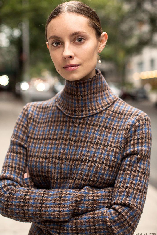 Suéter a cuadros con cuello de tortuga en lana virgen y mezcla de algodón de color marrón y azul de Stella McCartney con manga larga, cierre en la parte posterior y cintura con pinzas. http://www.atelierdore.com/style/mad-for-plaid/