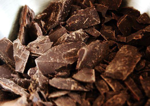 Esta receita de ganache de chocolate é uma das melhores coberturas de chocolate que existem no mundo. E o melhor é que ela é bem simples de ser fita. Você poderá usar esta cobertura em bolos, cupcakes e tudo aquilo no que desejar adicionar o maravilhoso toque do ganache de chocolate