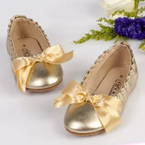 Gold Shoes #flower girl ... Wedding ideas for brides, grooms, parents & planners ... https://itunes.apple.com/us/app/the-gold-wedding-planner/id498112599?ls=1=8 … plus how to organise an entire wedding, without overspending ♥ The Gold Wedding Planner iPhone App ♥
