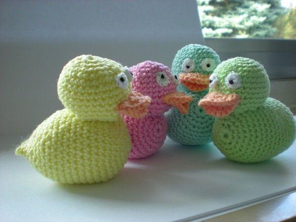 Leg gleich los mit Häkeln, denn nur eine Ente reicht natürlich nicht. Du brauchst eine ganze Enten-Familie. Schnapp dir die Wolle/die Wollreste und fang an.