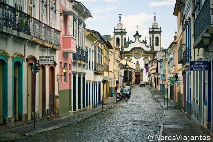 São João del Rei - Minas Gerais - Brazil Rua Getúlio Vergas no caminho para a Igreja Nossa Senhora do Carmo - São João del Rei - Minas Gerais - Brasil http://www.nerdsviajantes.com/2013/09/10/tiradentes-e-sao-joao-del-rei-em-50mm/