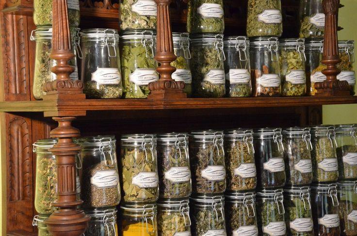 Jak przechowywać zioła? najwygodniej w słoikach, zabezpieczone przed wilgocią, insektami. Uwaga - większość ziół wymaga przechowywania w ciemnym miejscu.