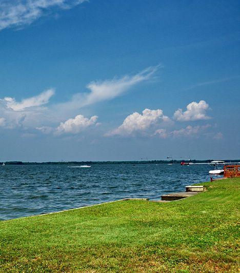 Abádszalók. A Tisza-tó egyik legkedveltebb üdülőhelye nyaranta igazi turistaparadicsom, köszönhetően a homokos partnak, illetve a sekély víznek, mely hamar felveszi a Nap melegét. A nyári szellők révén a vízi sportok szerelmesei sem tudnak egykönnyen betelni Abádszalókkal.
