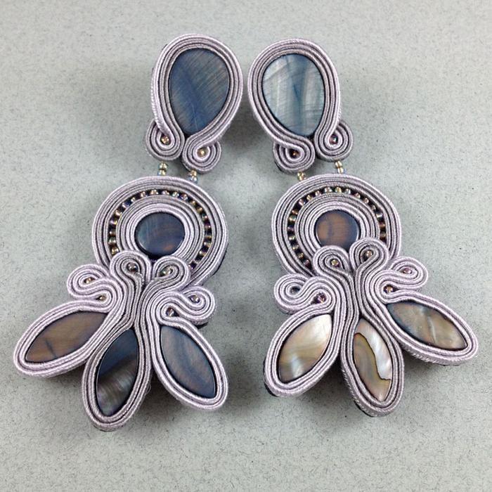 http://wylegarnia.com/27/ea3e7a12ccd6fcb4eff2dadcdc76da67/gray-pearl-kolczyki-sutasz-sztyft-masa-perlowa-abstrakcyjny-sutasz.jpg