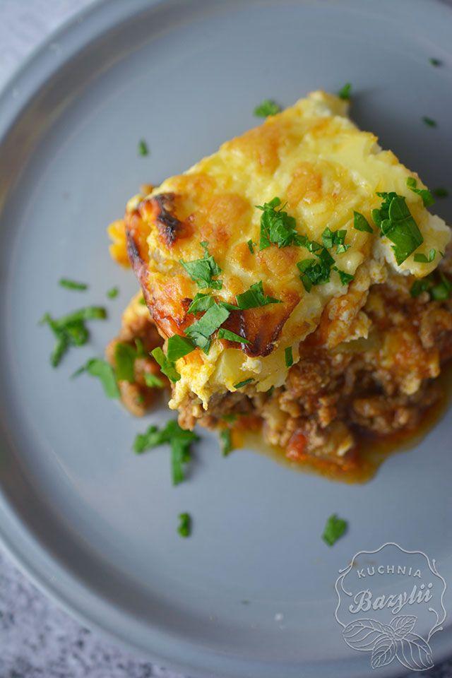 Zapiekanka ziemniaczana z mięsem mielonym jest przepysznym daniem. Jeżeli potrzebujecie obiadu na dwa dni, będzie idealna, bo na drugi dzień smakuje równie dobrze. Wystarczy podgrzać ją w piekarniku.
