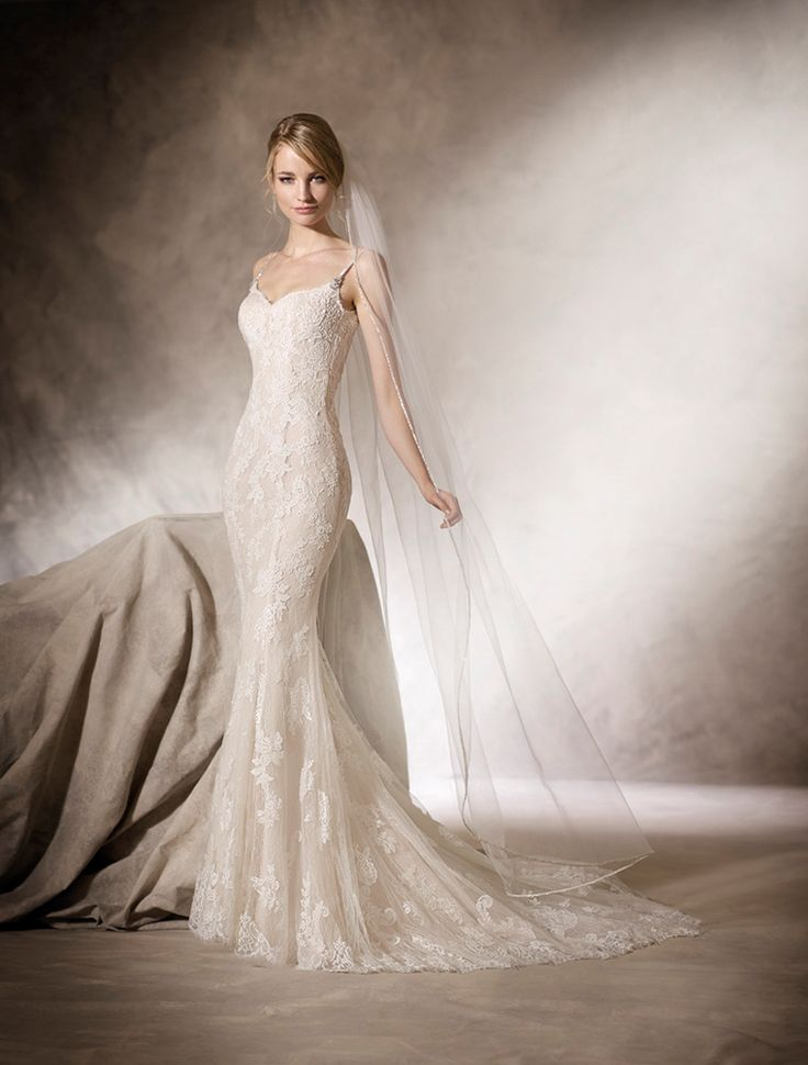 HILDE - Delicate mermaid wedding dress with sweetheart neckline in tulle and embroidered tulle, romantic details in guipure and lace, and refined, sophisticated gemstone strap.