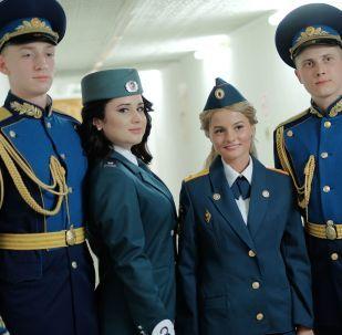 """Teilnehmerinnen des Wettbewerbs """"Schönheit mit Schulterstücken"""" in Krasnodar lassen sich mit Kursanten fotografieren"""