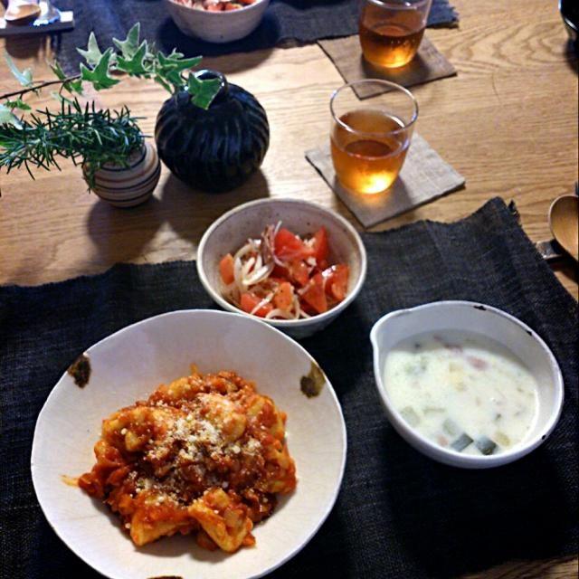 6月25日のランチ。友達がたくさんくれたじゃがいもを使って。ソフリット(オリーブオイル、みじん切りのニンニク、玉ねぎ、ニンジン)にベーコンをプラスしたトマトソースで。あとはトマトとアボカドのサラダ、野菜のミルクスープ。 - 9件のもぐもぐ - トマトソースのニョッキ by mewmew1020
