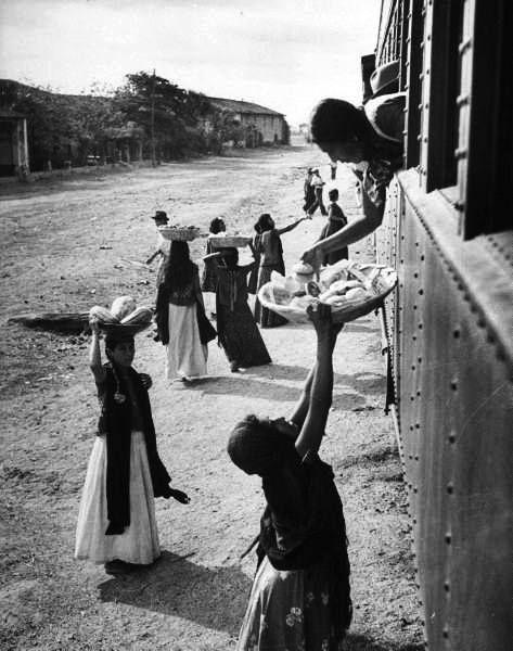 Una mujer vende comida a una pasajera deltren, Durango, México, 1942 Foto por Peter Stackpole.